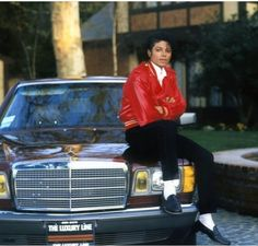 Image Michael Jackson sitting on his Mercedes-Benz at his Hayvenhurst home in Encino, in MJ's images album The Jackson Five, Jackson Family, Janet Jackson, 3t Jackson, Paris Jackson, Invincible Michael Jackson, Michael Jackson Pics, The Jacksons, Foto E Video