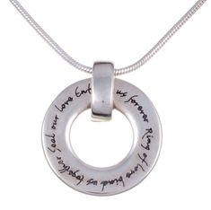 S'inspirant de l'amour, ce collier en argent est accompagné d'une chaîne en argent.