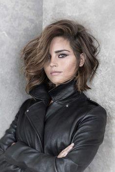 coifure de femme avec raie de coté aux couleurs cendres style rockeuse de charme