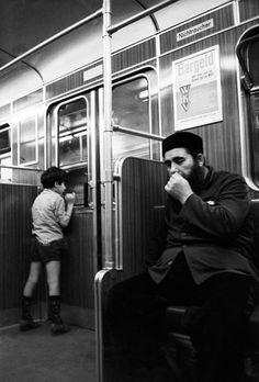 """Auf dieser Seite sehen Sie Fotos, Bilder, Impressionen und Ansichten aus der Berliner U- und S- Bahn.  Bei den meisten Fotos handelt es sich um eine Auftragsarbeit der Berliner Mittagszeitung """"Der Abend"""".  Fast alle Personen haben bei der Entstehung dieser Fotos zwischen 1977 - 1979  ihre Einwilligung zu Veröffentlichung gegeben.  Hardware: Kamera - Canon EF  Software: Film - Ilford HP5 - mit 800 ASA belichtet - Dosenentwicklung mit Rodinal"""