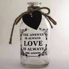 Vaso Garrafa de Vidro Love, um mimo não é? Nós amamos garrafas decorativas e essa tem à venda no nosso site!