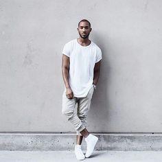 Shop the look: Ein Weißes T-Shirt mit Rundhalsausschnitt und eine Graue Jogginghose sind eine großartige Outfit-Formel für Ihre Sammlung. Komplettieren Sie Ihr Outfit mit Weißen Hohen Sneakers aus Leder.