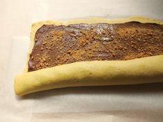 La ciambella alla nutella è un dolce fragrante e di bell'aspetto che, se si preferisce, può essere farcito con della marmellata o del cioccolato.