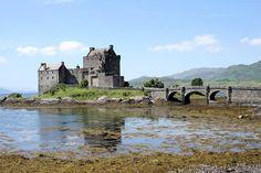Entre lochs énigmatiques, mystérieux Highlands et châteaux anciens, l'Écosse dégage une atmosphère de légende.