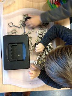 Dozen opdoen met sleutels, idee voor de ontdekhoek