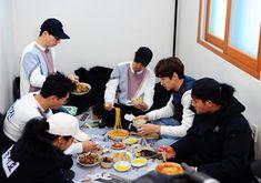 """61.6k lượt thích, 192 bình luận - RunningMan (@sbs_runningman_sbs) trên Instagram: """"🏃🏻🏃🏻🏃🏻🏃🏻♀️🏃🏻🏃🏻 [런닝맨 제341회 '런닝 하우스 - 위험한 거래' 촬영 현장 사진] 즐거운 점심식사 시간. 런닝맨 제341회 3월 5일 일요일 오후 6시 25분…"""" Running Man Members, Running Man Korean, Kdrama, Korean Drama, Korean Dramas"""