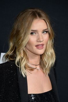 haircuts for 10 year rosie huntington whiteley wearing burberry at the burberry 2590