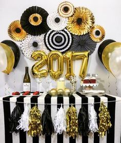 Celebrate birthday, anniversary, engagement, new year or graduation with this elegant Black and Gold Party Kit that has a variety of party decorations and matching tableware set for a memorable party. Anniversary Party Decorations, New Years Eve Decorations, Engagement Party Decorations, Balloon Decorations Party, Graduation Decorations, Birthday Party Decorations, Wedding Decoration, Graduation Diy, Wedding Centerpieces