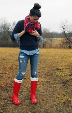 #BotasHunter #BotasRojas #CamisaVaquera #Suéter #ColorMarino #Chongo #Moño #Casual #BufandaCuadros #Jeans #Rojo