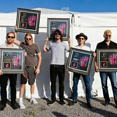 Don't drop it Taylor! #taylorhawkins #davegrohl #chrisshiflett #natemendel #patsmear #foofighters #FF #drummer #coattailriders…