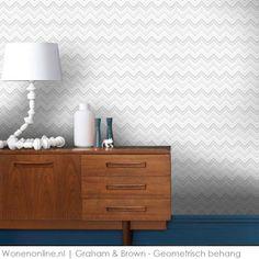Maak dit geometrisch behang van Graham&Brown af met een hoge plint gelakt in een mooie kleur.