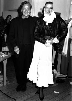 Modedesigner Ivan Grundahl med en af modellerne fra modeopvisninger af hans nyeste tøj 12.02.1987