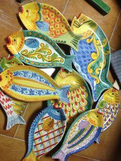 Arte decorazioni in ceramica - pesci Clay Fish, Ceramic Fish, Ceramic Plates, Ceramic Art, Pottery Painting, Ceramic Painting, Clay Birds, Fish Design, Pottery Designs