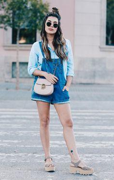 Street style look com jardineira jeans