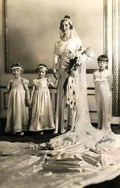 Le 24 mai 1935 à Stockholm, la princesse Ingrid de Suède, fille du futur roi Gustav VI Adolph de Suède et de la défunte princesse Margaret de Grande-Bretagne épousait le prince héritier Frederik de Danemark, futur roi Frederik IX, fils du roi Christian X et de la reine Alexandrine de Danemark, née duchesse de Mecklenburg-Schwerin. …