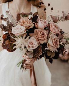 Un mariage industriel et boho dans un entrepôt - la mariee aux pieds nus Wedding Bouquets, Wedding Flowers, Modern Asian, Hand Tied Bouquet, Boho Stil, Clothing Photography, Editorial Photography, Wild Flowers, Wedding Cakes