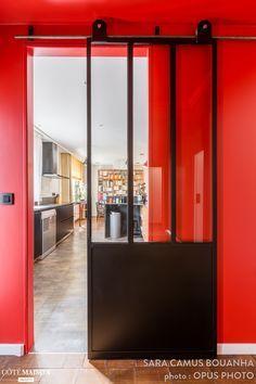 Une porte verrière sépare désormais le salon de la cuisine familiale.