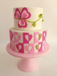 fondant-torte-ideen-dekorieren-herzen-kleeblatt-rosa-pink-grün
