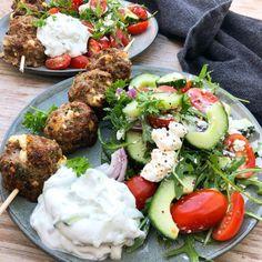 Græske spyd med græsk salat Easy Salad Recipes, Easy Salads, Healthy Recipes, Cottage Cheese Salad, Salad Dishes, Dinner Salads, Recipes From Heaven, Quick Meals, Food Inspiration