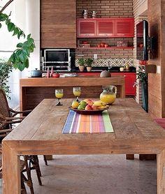 Esse estilo que nunca sai de moda,  madeira  na decoração, amplia os ambientes e deixa-os aconchegantes ao mesmo tempo.