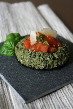 Brokolicové koláčky s ricottou, chia semínky, čočkou belugou a s rajčatovým ragú ¨http://www.vareniste.cz/brokolicove-kolacky-s-ricottou-a-chia-seminky-s-rajcatovym-ragu/