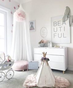How beautiful is this dainty decor by @jaccikelly? We love the use of scale here with the flowing canopy and tiny teepee to create a space that's larger than life!  Double tap if you do too!