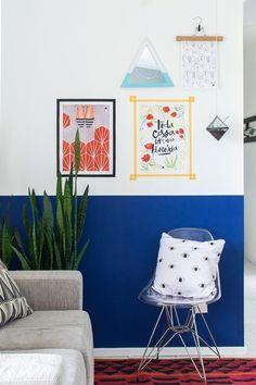 Faça molduras com fitas e pedaços de madeira para enfeitar e dar um up naquela parede especial da sua casa