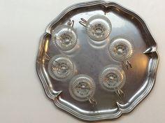 kirkaat lasiset kupit kahville tai vaikka glögille metallisella tarjoiluvadilla . clear glass cups for coffee or vin chaud on the metal tray