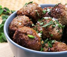 Græske frikadeller - den ægte klassiske opskrift på græske frikadeller Yummy Eats, Food And Drink, Dinner, Ethnic Recipes, Beverage, Europe, Meals, Dining, Drink