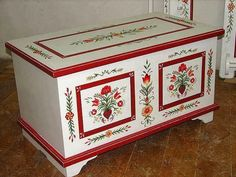 Idee per mobili Country – Recycled Furnitures Ideas Art Furniture, Hand Painted Furniture, Recycled Furniture, Furniture Makeover, Furniture Design, Painted Chest, Painted Boxes, Scandinavian Folk Art, Art Decor