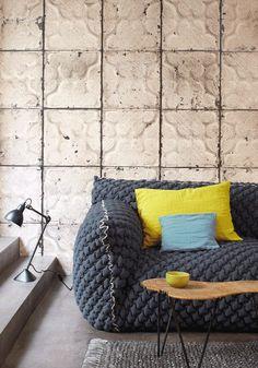 Обивка мебели на дому: хитрости реставрации вещей своими руками и 45+ вдохновляющих идей http://happymodern.ru/obivka-mebeli-na-domu-nedorogo-bystro-i-legko-44-foto/ Необычная вязаная обивка дивана в гостиной