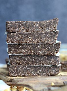 NoBake Chocolate Chia Seed Energy Bars Vegan & Delicious is part of Energy bars recipe - These nobake chocolate chia energy bars are full of nutrients sure to give you a natural energy boost They're vegan, easy to make and make a great snack! Protein Bar Recipes, Vegan Recipes, Vegan Protein Bars, Vegan Snacks, Healthy Snacks, Cocina Light, Healthy Bars, No Bake Bars, Coco