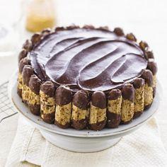 1 pakje biscuitmix (250 g) 4 eieren 100 g pure chocolade, fijngehakt 100 g melkchocolade, fijngehakt 450 ml slagroom 1 zakje klop-fix (8 g, pak 5 stuks) 1 el fijne kristalsuiker 1 pak bokkenpootjes (200 g) 7 el aardbeien-limonadesiroop 1/2 blik vlaaifruitkersen (a 430 g) 1/2 pot kersenjam (a 450 g) 