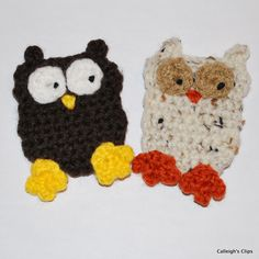 This gathering of crocheted owl patterns will make you hoot for happiness. Once you spot these free crochet owl patterns, you'll want to be nocturnal. Crochet Owl Applique, Owl Crochet Patterns, Crochet Owls, Owl Patterns, Applique Patterns, Cute Crochet, Crochet Crafts, Sewing Crafts, Crochet Appliques