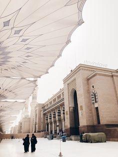 Al Masjid An Nabawi, Mecca Masjid, Beautiful Mosques, Beautiful Places, Medina Mosque, Muslim Couple Photography, Mekkah, Islamic Posters, Islamic Architecture