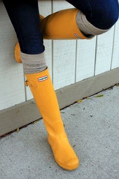 botas de agua mujer lluvia - Rodilla o Media pierna / Caucho / Zapatos para muje.: Zapatos y complementos Yellow Rain Boots, Cute Rain Boots, Rain Shoes, Hot Shoes, Rubber Rain Boots, Black Boots, Heeled Boots, Shoe Boots, Boating Outfit
