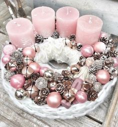 Adventskranz basteln - Adventskranz selber machen autour du tissu déco enfant paques bébé déco mariage diy et crochet Rose Gold Christmas Decorations, Christmas Centerpieces, Pink Decorations, Christmas Tables, Noel Christmas, Christmas Wreaths, Nordic Christmas, Reindeer Christmas, Modern Christmas