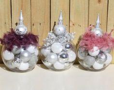 Rose de Noël pièce maîtresse - pièce de mariage dhiver - Holiday Home Decor - décoration de Noël - vacances cadeau dhôtesse - cadeaux pour elle  Belle pièce de Noël vert et rose. Parfait pour votre fête de Noël rose. Fait également un cadeau dhôtesse étonnante pour vos soirées de vacances ! Les ornements roses et verts, surmontés dune masse de tissu ruban bouclés et un teint swirly présentent !  Taille approximative: 8 « x 8 » x 12   Retour à ma boutique : GlitterGlassAndSass.etsy.com