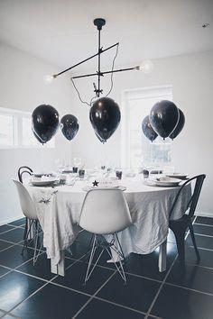 """Nytårsaften venter lige om hjørnet, og det samme gør et brag af en fest. For at gøre arrangementet helt perfekt, er det vigtigt at sætte en stemning for aftenen med pynt og andet glitrende lir. Vi har derfor samlet 8 borde, som vi synes inspirere os, til at dække et smukt bord til nytårsaften. Se med og lad dig inspirere til årets fest! <img style=""""width: 642px; height:871px;"""" src=""""/media/19461/2012_11_25_064-x900.jpg?width=642&height&#x..."""