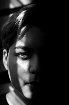 Film noir photography portrait of a female model in monochrome voir 8 Tips for Shooting Atmospheric Film Noir Photography Film Noir Photography, Light Photography, Portrait Photography, Photography Women, Photography Tips, Fashion Photography, Low Key Portraits, Creative Portraits, School Portraits