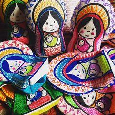Vienen más Mariitas #virgencita #mariita #nossasenhora #ourlady #softsaintdolls #catholicdoll #catholicgifts #bordado #embroidery #handembroidery #coloresmexicanos Terminando el trabajo de las últimas cuatro semanas en el Gineceo
