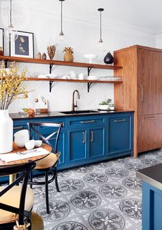 Parisian Kitchen Decor Small - Home Decoration 17 Two Tone Kitchen Cabinets, Blue Cabinets, Colorful Kitchen Cabinets, Open Cabinets, Wood Cabinets, Cupboards, Farmhouse Kitchen Decor, Farmhouse Chic, Farmhouse Sinks