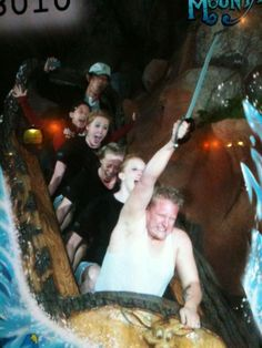 For Narnia! The 15 Best Staged Splash Mountain Photos. Funny Disney Pictures, Funny Photos, Roller Coaster Pictures, Roller Coasters, Rollercoaster Funny, Humor Disney, Funny Jokes, Hilarious, Funny Watch