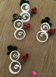 How to make mini quilling paper snowmen with hearts and hats for gift tags and cards Paper Quilling Tutorial, Paper Quilling Cards, Origami And Quilling, Paper Quilling Patterns, Quilled Paper Art, Quilling Art, Quilling Ideas, Quilted Christmas Ornaments, Quilling Christmas