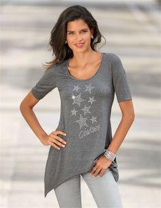 Das Shirt mit Stern-Applikationen: ein weich fließendes Damenshirt in neuer Silhouette.