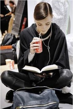 Dior Backstage Pics At Fashion Week Reading takes you to another world – book tips femundo. Girl Reading Book, Woman Reading, Book Girl, Reading Books, Estilo Taylor Swift, Looks Style, My Style, Models Backstage, Poses References