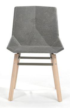 Silla de plástico reciclado y patas metálicas o de madera.