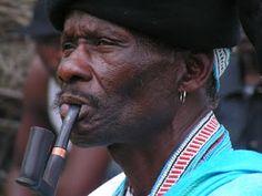 'n Xhosa-man woon 'n troue in tradisionele klere by. Respek vir die man en sy familie is 'n belangrike aspek hiervan.