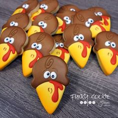 Easy Thanksgiving Cookies Your Family Will Love Turkey Cookies, Fall Cookies, Iced Cookies, Cute Cookies, Royal Icing Cookies, Holiday Cookies, Halloween Cookies Decorated, Halloween Sugar Cookies, Cookie Icing