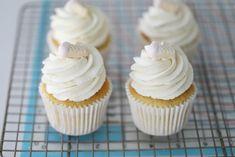 LUFTIG VANILJEKREM/FROSTING, VIDEO - Passion For baking Mini Cupcakes, Frosting, Passion, Baking, Desserts, Food, Tailgate Desserts, Deserts, Cake Glaze